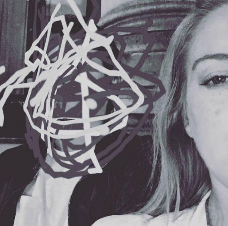 La actriz subió una foto de su prometido tapándole la cara.