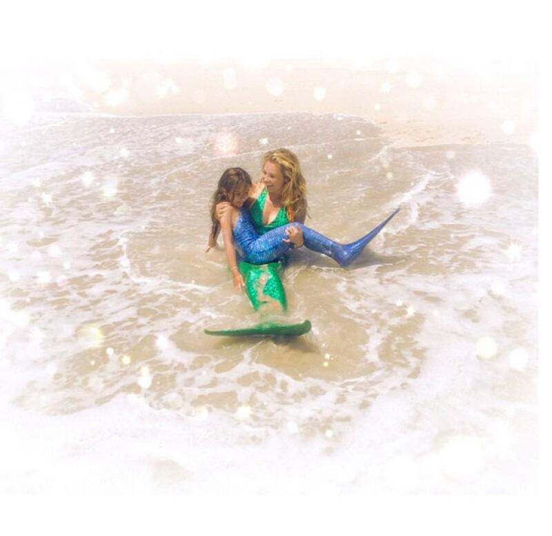 Nuevamente la cantante muestra su amor incondicional por Sabrina Sakaë, al usar los mismos disfraces y jugar a la orilla del mar.