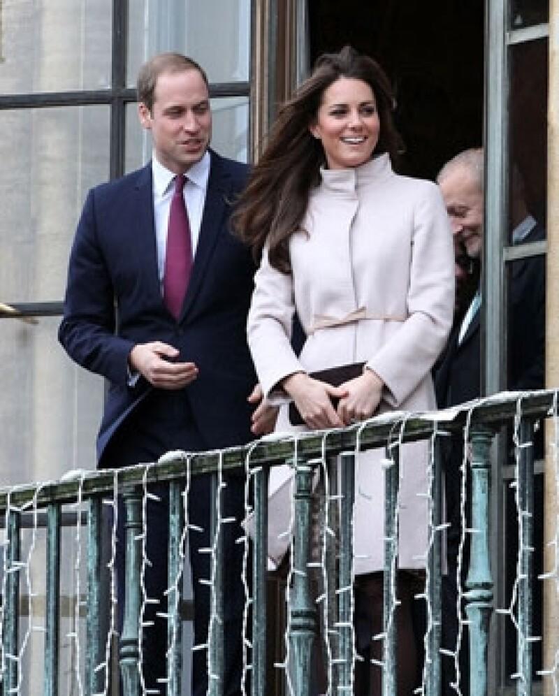 Los próximos padres han decidido que su primogénito tenga una infancia como otros niños. Por otro lado Kate Middleton no viajará después de haber tenido a su hijo.