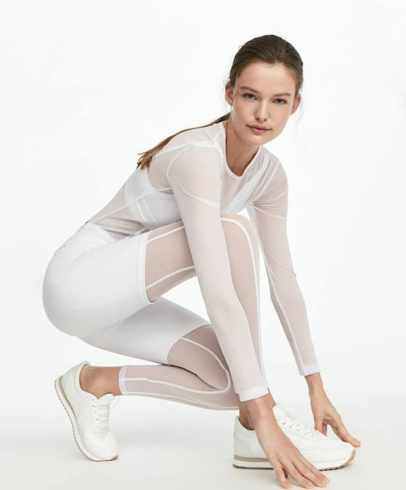 Si eres de las que te gusta verte estilizada al hacer tus rutinas, este look todo de tul es para ti, además sólo lo obtienes online . ¡A dónde doy click! Oysho.com / top: $499, leggins: $499