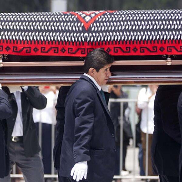 El féretro de 'La Chamana' fue cubierto con un jorongo rojo, característico de su vestimenta, en el homenaje que recibió la Ciudad de México.