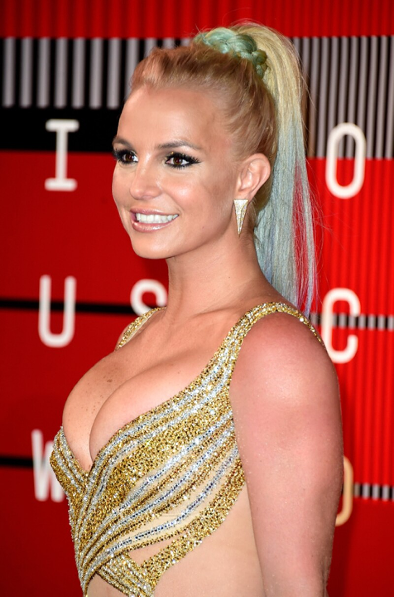 La cantante aguantó durante una canción completa una falla en el cierre de su bodysuit, que la dejaba completamente descubierta de la espalda.