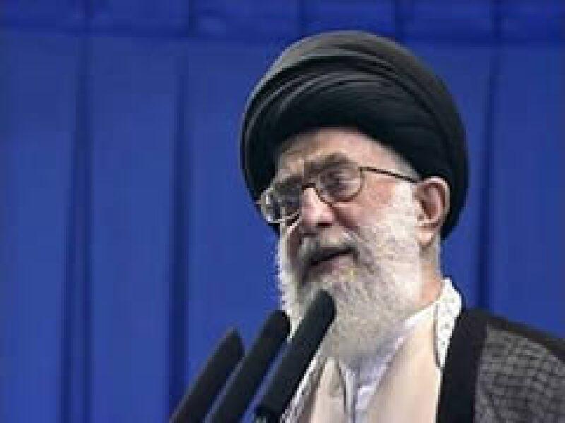 Ali Khamenei, líder supremo de Irán de tendencia conservadora, niega la destitución de Ahmadinejad como presidente legítimo de este país.  (Foto: Reuters)