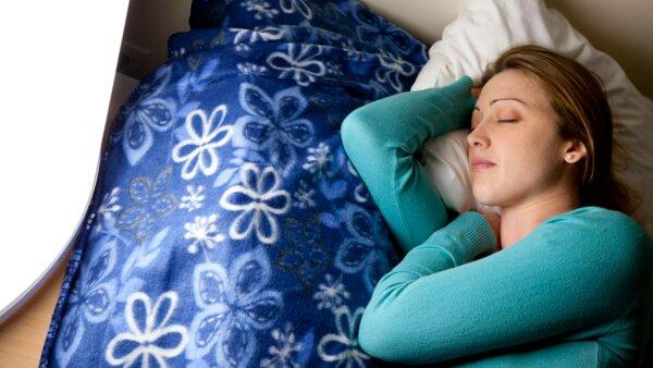 Un purificador de aire junto a tu cama te ayuda a dormir más segura.
