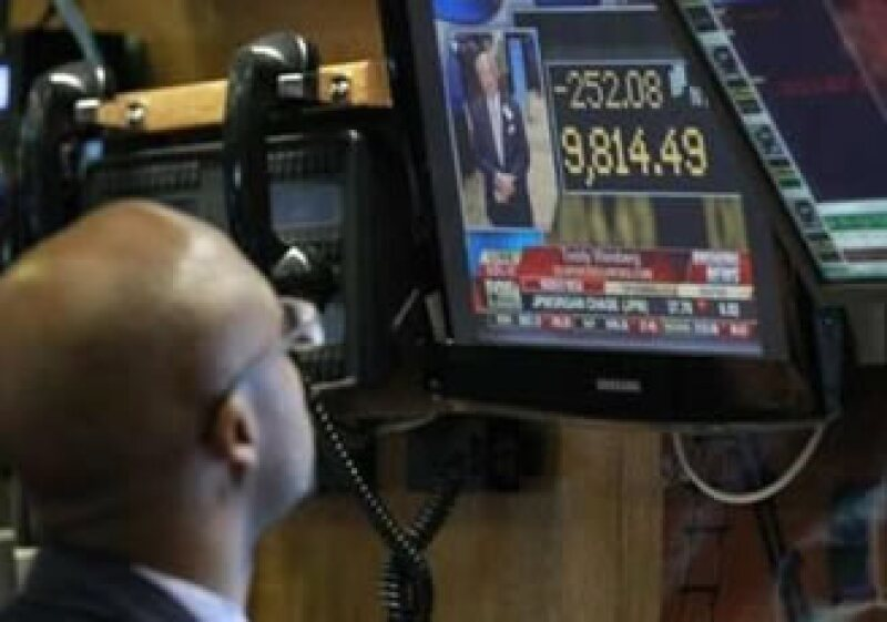 Los mercados accionarios de EU operan con fuertes pérdidas a media jornada de este martes.  (Foto: Reuters)