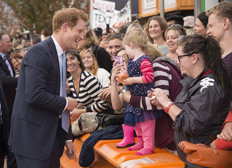 """El hermano menor del príncipe William sigue en Nueva Zelanda, y a su paso por algunos actos públicos, la gente no puede evitar caer por este """"prince charming""""."""