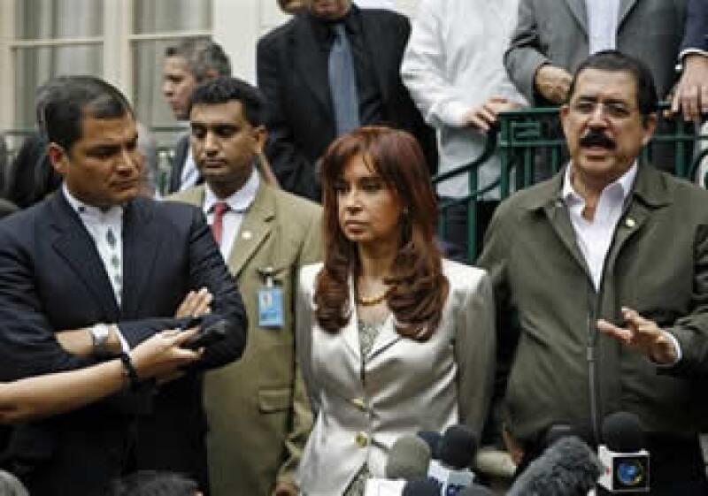 El depuesto presidente de Honduras Manuel Zelaya, a la derecha, habla con reporteros fuera de la embajada ecuatoriana en Washington, el domingo 5 de julio de 2009, donde anuncia planes para regresar a Honduras. Aparecen con él los presidentes de Ecuador,