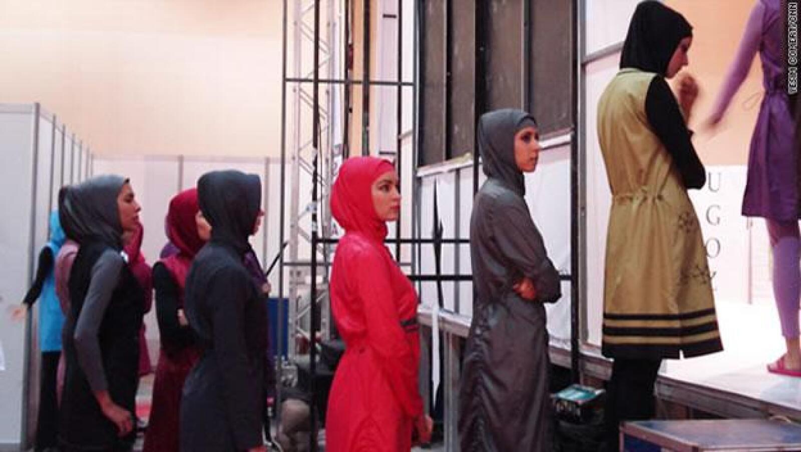 Las modelos de trajes de baño esperan su turno para desfilar en la pasarela