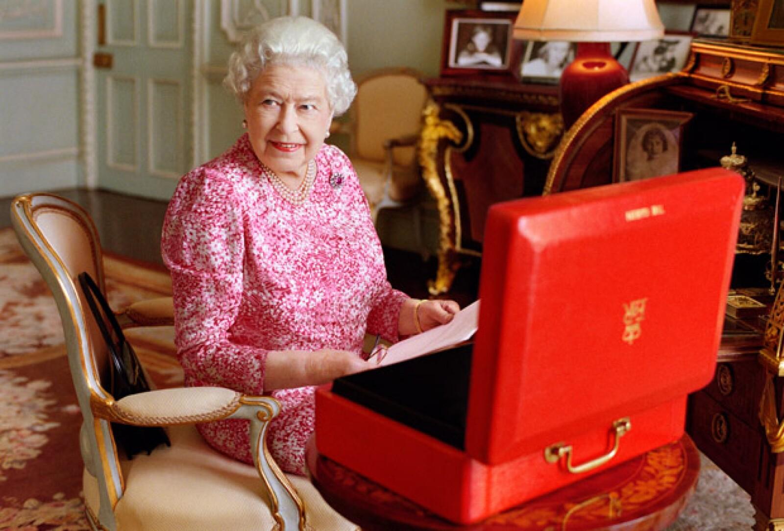 El miércoles la Reina Isabel se volvió oficialmente la monarca que más ha durado como en el trono, y para celebrarlo, el Palacio de Buckingham publicó un nuevo retrato de ella.