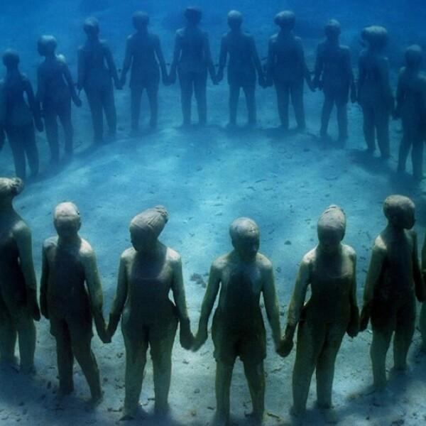 La evolución de los niños y sus alrededores en unión con un círculo es lo que se representa con esta pieza de arte submarina