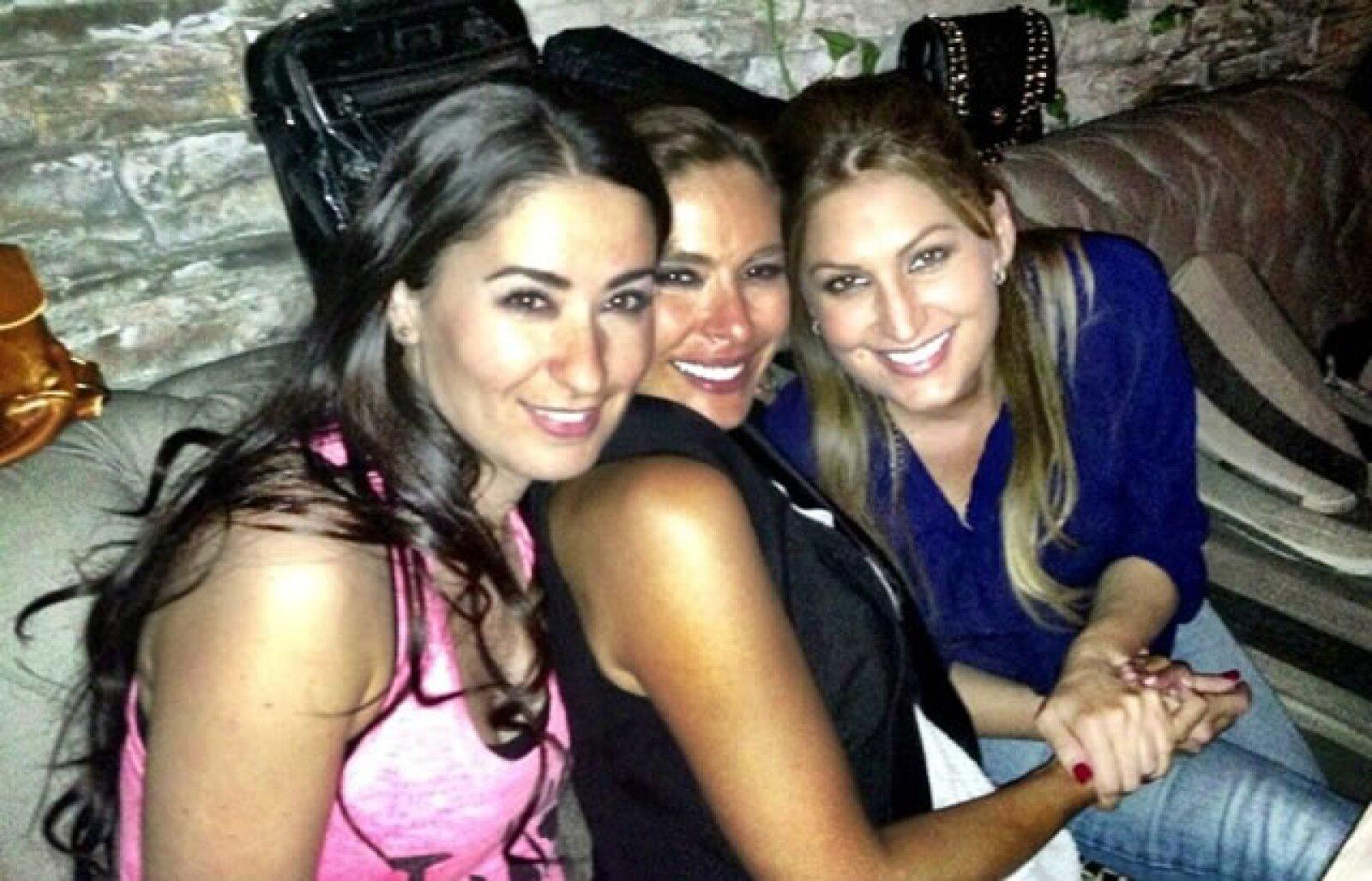Esta es la última foto que compartió en su Twitter, aquí con Claudia Troyo y Annette Cuburu.