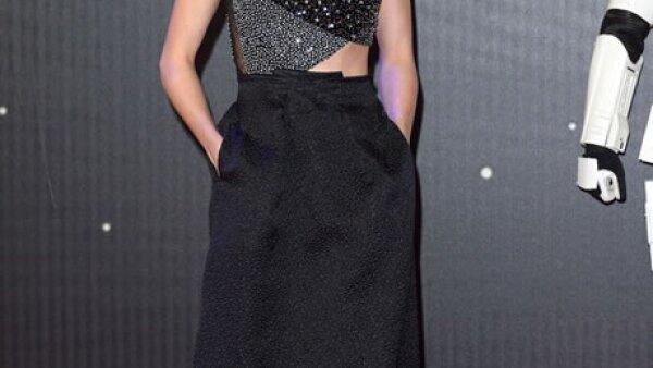 La actriz británica llevó un vestido Rouland Mouret hecho a la medida a la premiere de la película en Londres.