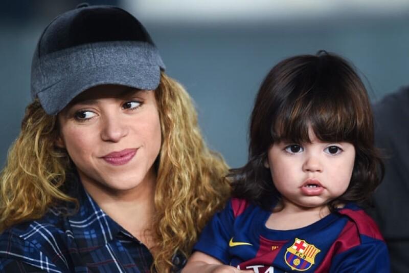 De vez en cuando, Shakira lleva a Milán a los partidos de futbol de su papá.