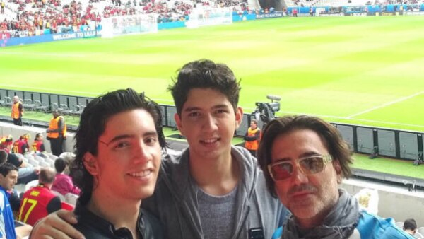 Padre e hijos disfrutando de la Eurocopa.