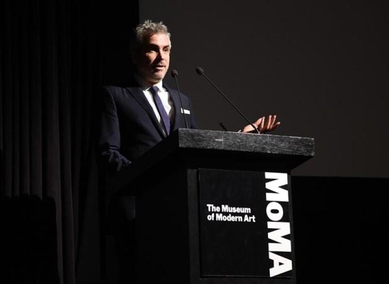 El cineasta recibió este lunes un homenaje por su labor cinematográfica, tomó la tribuna y ante la  élite cultural neoyorquina protestó por la desaparición de los 43 estudiantes en Iguala.