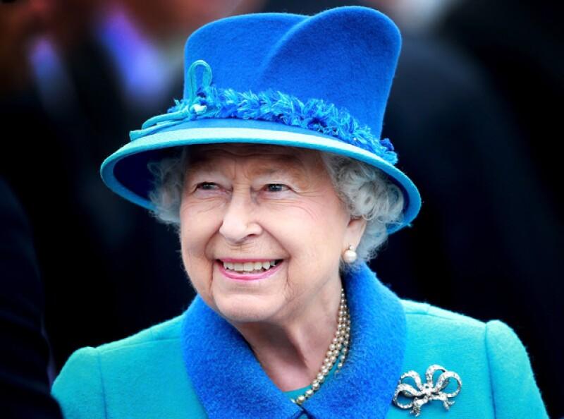 La gente de Londres recibió hoy en la mañana a la Reina con aplausos.