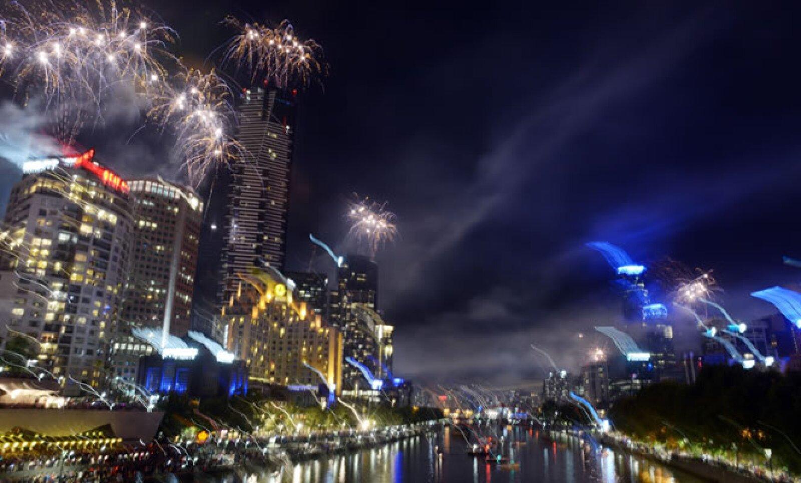 En la excapital de Australia los fuegos artificiales iluminaron el río Yarra.