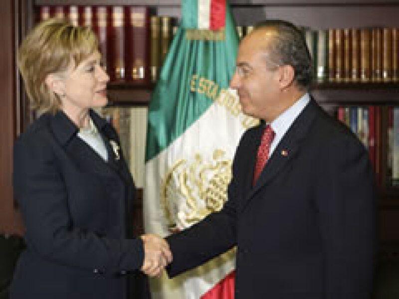 Clinton se reunió con Calderón en su primer día de visita a México. (Foto: Reuters)