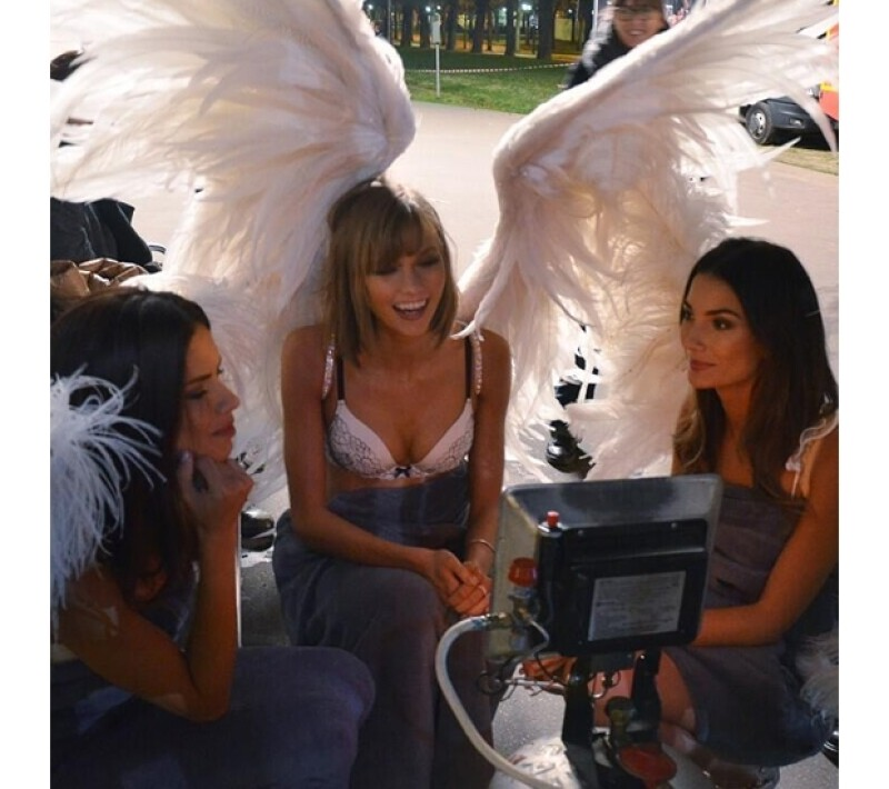 Adriana Lima, Karlie Kloss y Lily Aldridge revisando sus fotos.