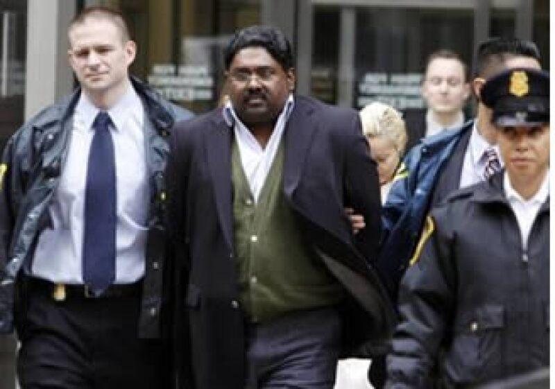 El caso de fraude implicó a Raj Rajaratnam (centro), fundador del fondo de cobertura Galleon. (Foto: Reuters)