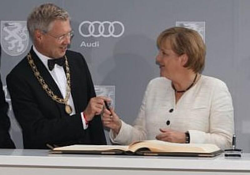 Alfred Lehman y la canciller alemana Angela Merkel se presentaron a la gala de los 100 años de Audi. (Foto: Cortesía Audi)
