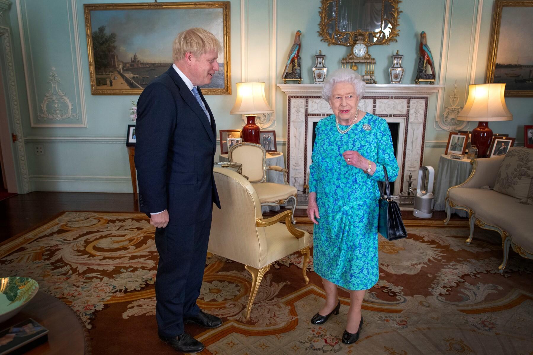Boris Johnson y la reina Isabel II
