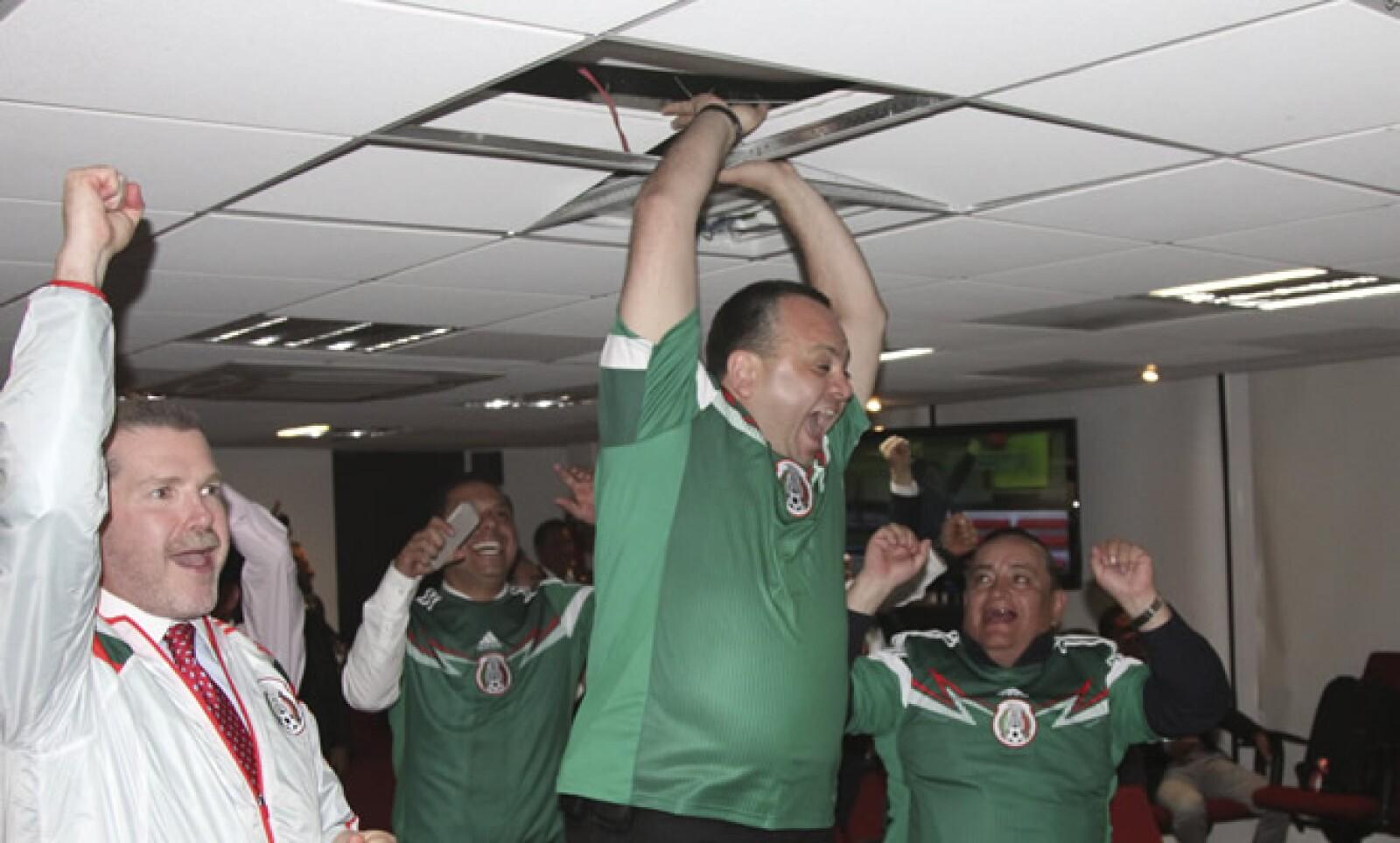 El secretario de seguridad capitalina, Jesús Rodríguez Almeida rompió un plafón del techo al brincar para celebrar un gol de la selección nacional.