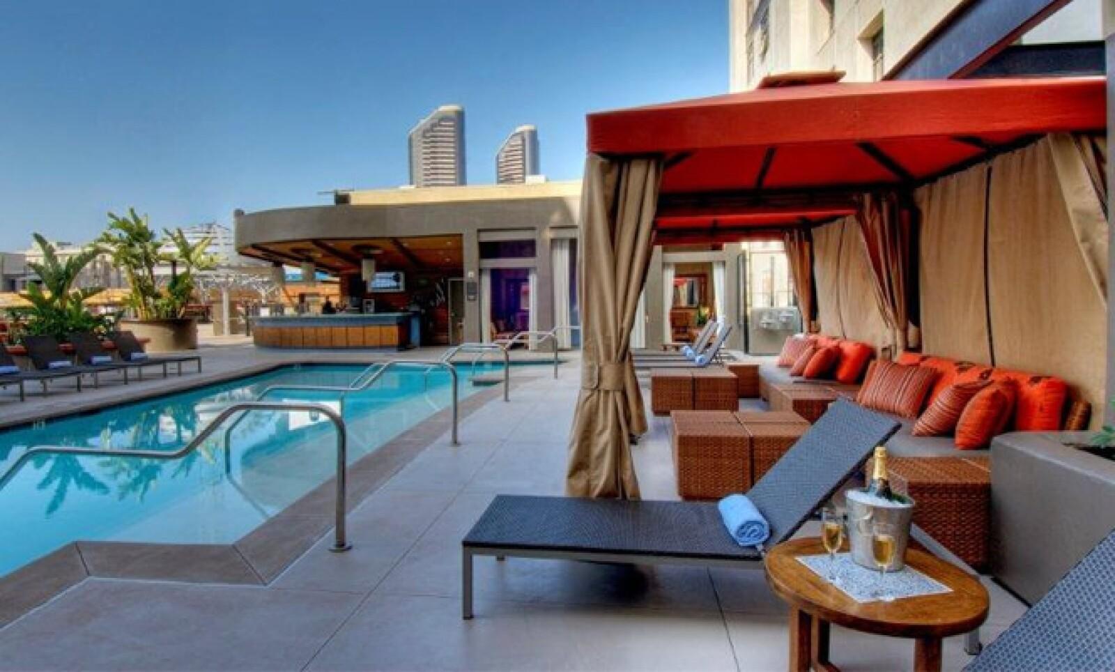 El Hotel Solamar de San Diego está dando a los huéspedes la oportunidad de experimentar las olas con un paquete que incluye clases de surfeo profesional en la Academia de Surf de Coronado.