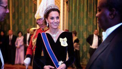 Kate Middleton rindió homenaje a la reina Isabel y a Lady Di en un mismo look.