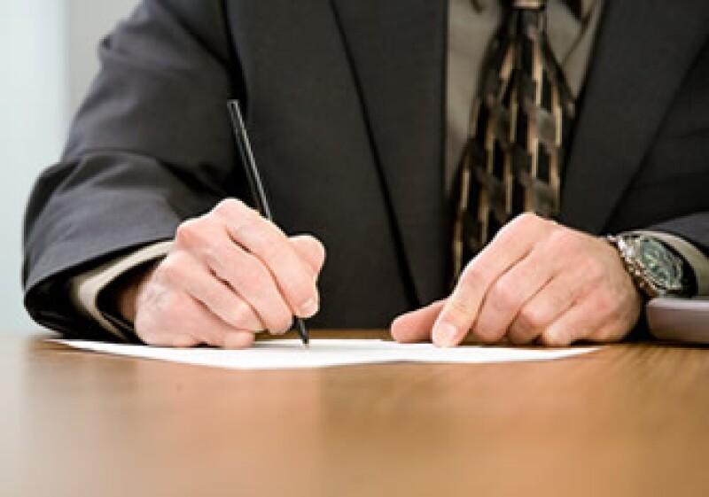 El testamento debe firmarse, por lo general, ante un notario público y tiene un costo promedio de 1,500 pesos. (Foto: Jupiter Images)