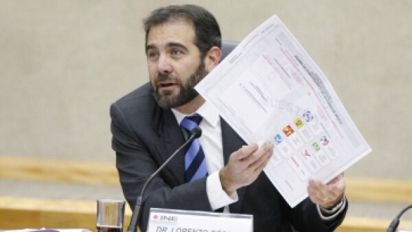 El consejero presidente, Lorenzo Córdova, muestra la boleta. (Foto: Cuartoscuro)