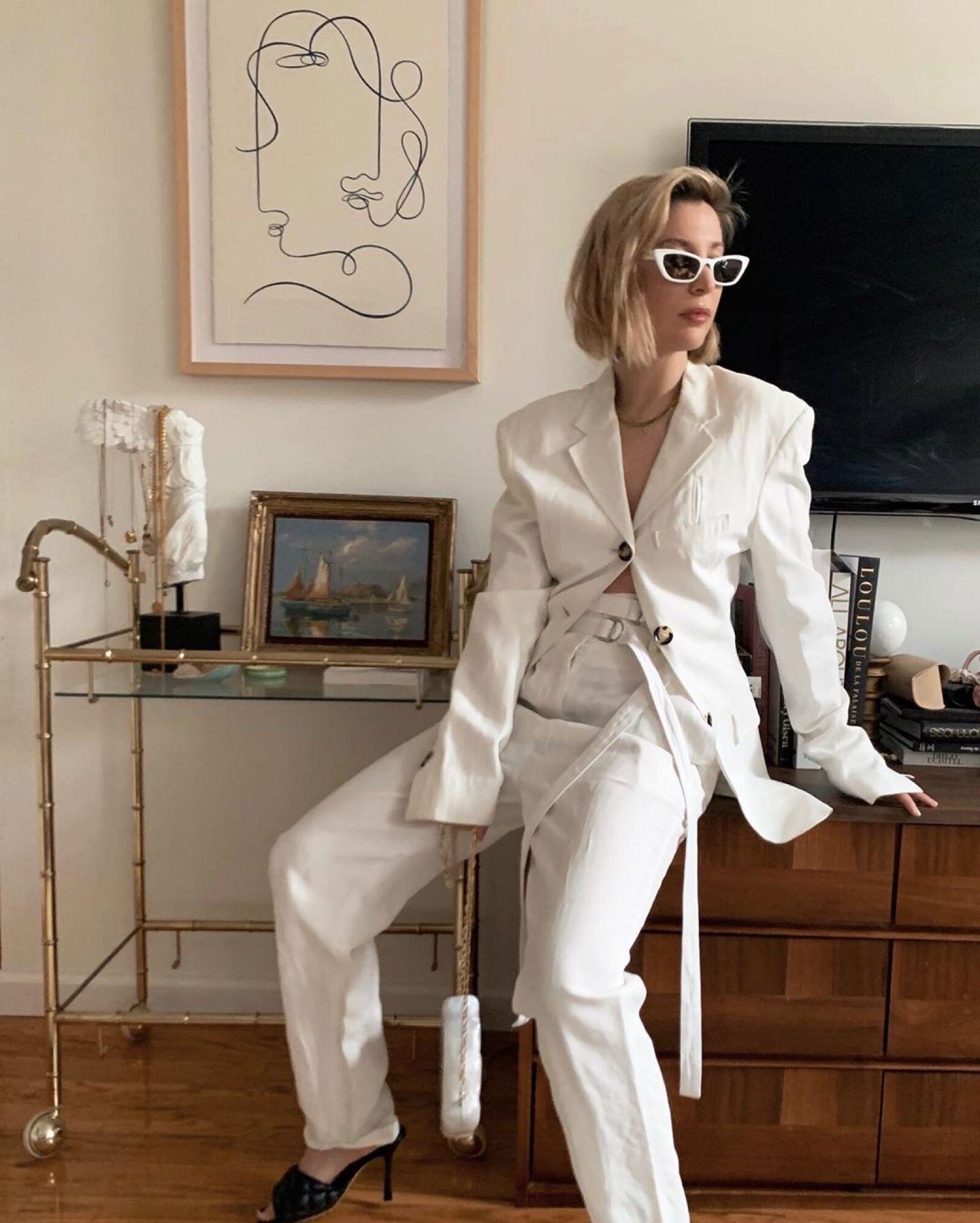 Kerry Pieri lo tiene todo con ese look completamente blanco de Proenza Schouler y claro, unos cat eye para complementar.