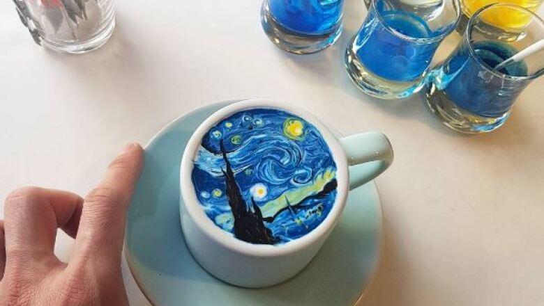 Un camarero surcoreano replica grandes obras de arte en pequeñas tazas de café