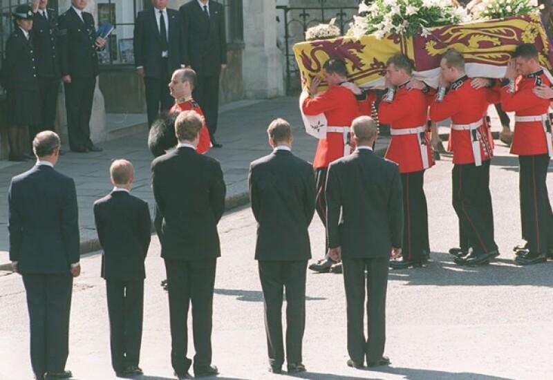 Los príncipes Carlos, Guillermo y Enrique lloraron la muerte de la princesa.