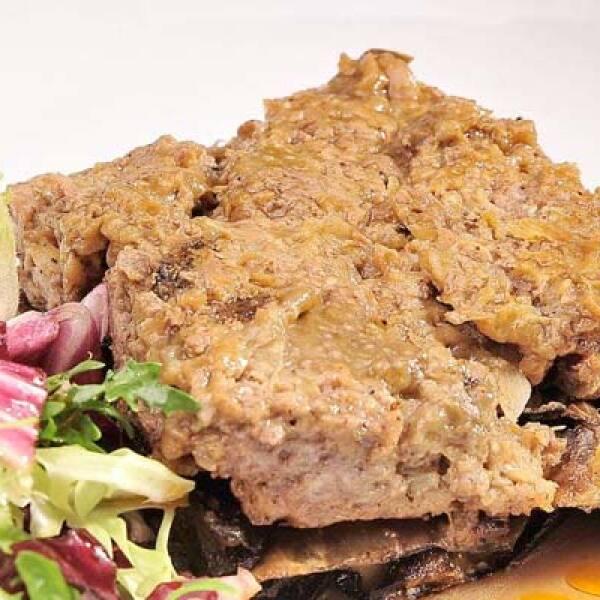 Pastel de carne molida de res y cerdo, muy popular en Grecia. Se acompaña de puré de berenjena y lechugas mixtas.
