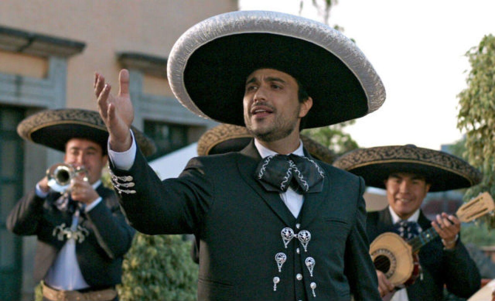 Jaime Camil portando galantemente el traje de mariachi para la película Amor a Primera Visa.