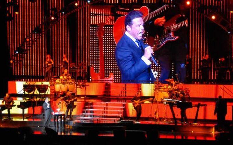 Para los fans de El Sol el poder verlo cantar en vivo es toda un experiencia, lo que hizo esta ocasión más especial fue que recibió la Dalia de Plata por acumular 180 conciertos en el recinto.