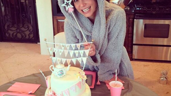La cumpleañera fue consentida con una decoración enviada por Miley Cyrus, regalos, flores y un hermoso pastel.