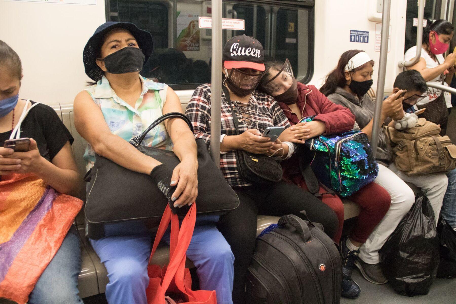 """Estaciones del Metro de la línea 1 con poca gente, debido a que seguimos en la Capital, con semáfoto naranja, autoridades capitalinas siguen pendientes de la """"nueva normalidad""""."""