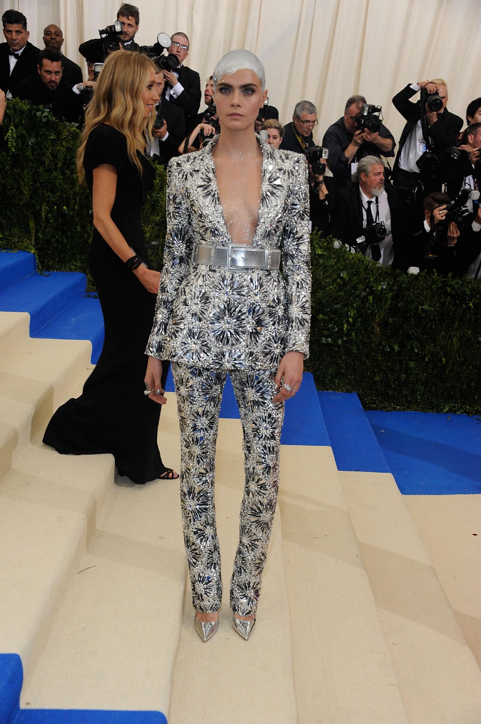 """Cara Delevinge portó un look Chanel para la Met Gala en la edición de """"Rei Kawakubo/Comme des Garcons: Art Of The In-Between"""""""