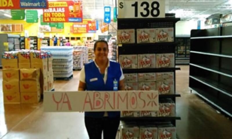 Tras el paso del huracán Odile, cientos de personas robaron agua, comida y artículos de primera necesidad de tiendas Wal-Mart y OXXO.  (Foto: Cortesía Walmart de México y Centroamérica )