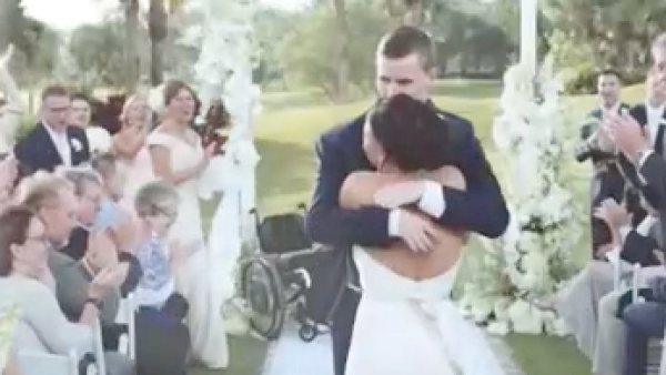 Esta novia ayudó a su prometido parapléjico a caminar hacia el altar en la boda