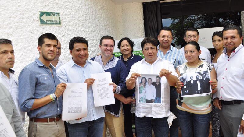 Representantes de la coalición UNE Quintana Roo presentaron fotografías del candidato priista Mauricio Góngora con el empresario Jamil Hindi.
