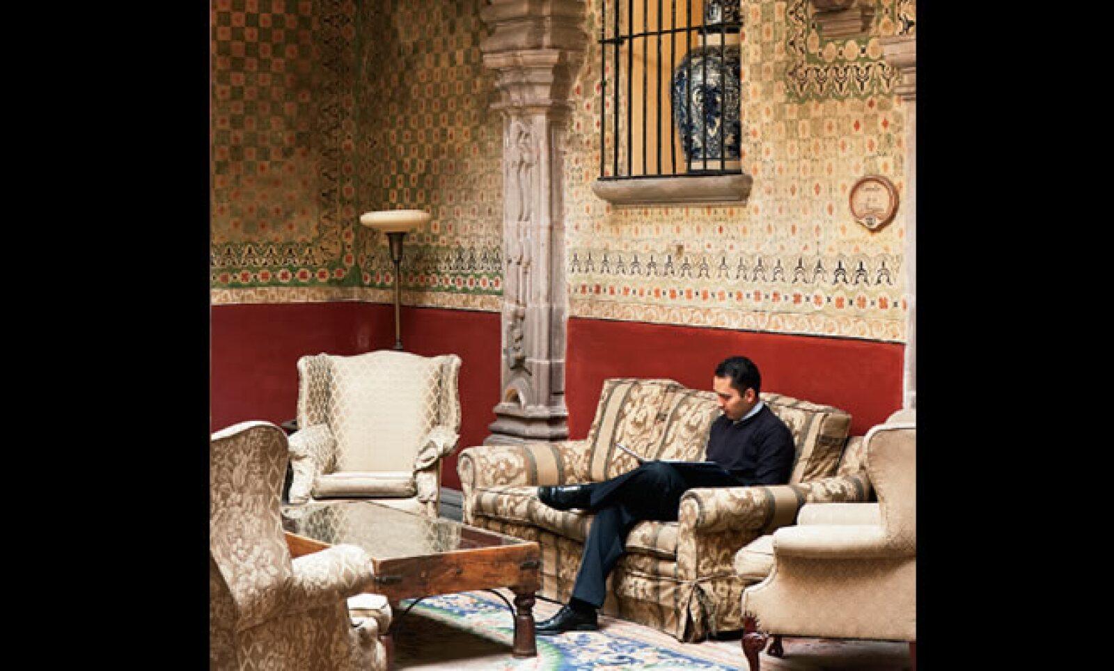 2.Leyendo en la sala del Patio Central del hotel Casa de la Marquesa, Querétaro.
