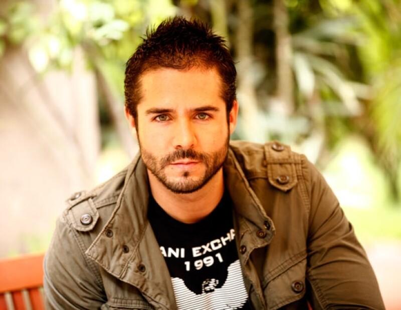 El originario de Guadalajara, Jalisco estudió actuación en CEA de Televisa.