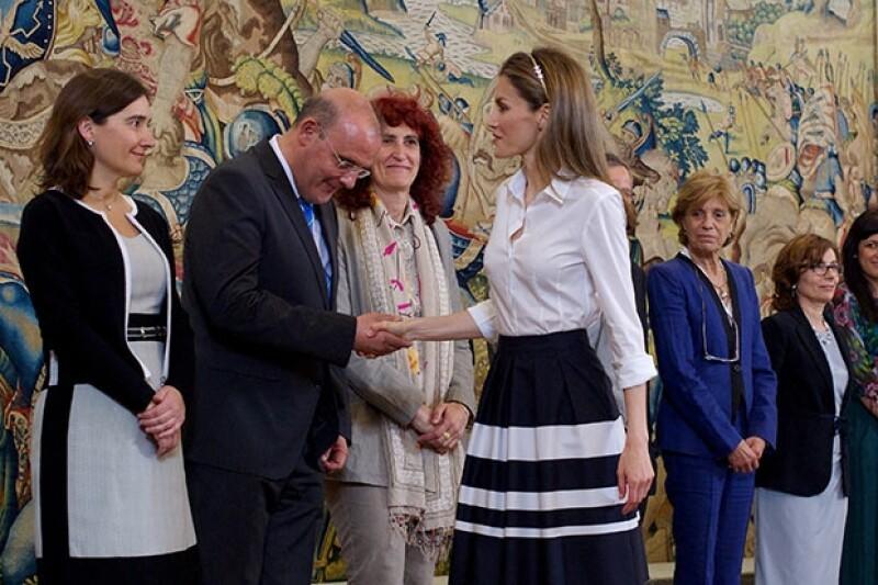 La princesa lució una falda corte campana con franjas bicolores a juego con una sobria blusa blanca.