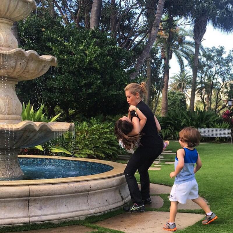 Como pocas veces, la cantante mostró a sus hijos en diferentes y tiernas imágenes, jugando con ellos en la fuente de un jardín el pasado fin de semana.