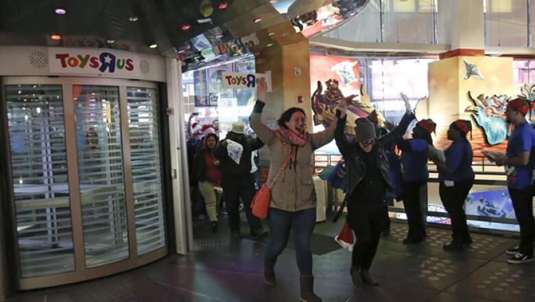 Pequeños y grandes ingresan a la juguetería Toys R Us, también en Manhattan. Drones y artículos de Star Wars, entre lo más solicitado.