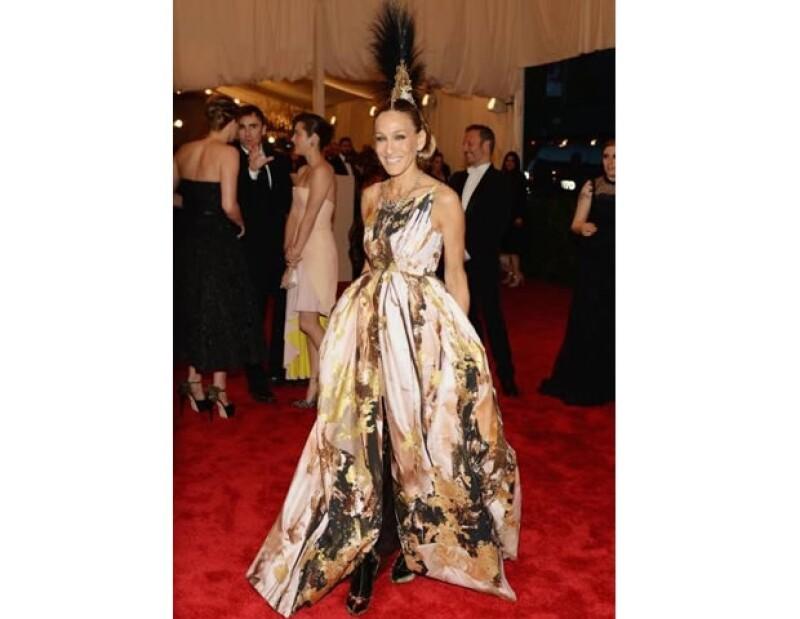 Conservando su impactante originalidad la vemos llevando un vestido Giles de la colección otoño 2013. ¿La cereza del pastel? una pieza tipo ´mohawk´ del diseñador Philip Treacy.