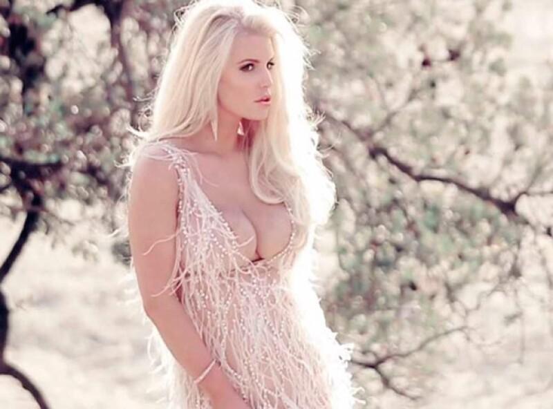 La actriz lució sus encantos en un vestido escotado confeccionado en plumas.